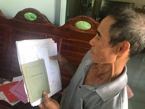 Nhiều năm quan ông Nguyễn Thế Thơ với bộ hồ sơ thương binh, lý lịch quân nhân đi khắp nơi nhưng vẫn chưa nhận được câu trả lời thỏa đáng.