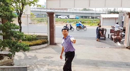 Ông Tâm – Chánh văn phòng chỉ đạo Bảo vệ đuổi PV ra khỏi ủy ban quận.