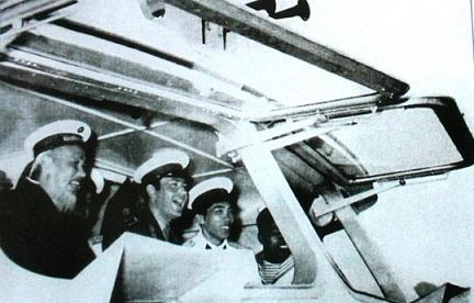 Bức ảnh Bác Hồ chụp chung với Anh hùng Giéc-man Ti-tốp do Nhà nhiếp ảnh Vũ Đình Hồng chụp.