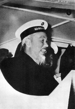 """Bức ảnh nổi tiếng """"Bác Hồ đội mũ Hải quân"""". Ảnh: VŨ ĐÌNH HỒNG"""