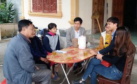 Tạp chí Quê Hương Ngày Nay góp phần kết nối những tấm lòng nhân ái. Trong ảnh là buổi gặp gỡ, trao số tiền hỗ trợ 5 triệu đồng cho bà Phan Thị Sáu và ghi nhớ sự hỗ trợ 1 triệu đồng/tháng/cháu. Ảnh: TUỆ MINH