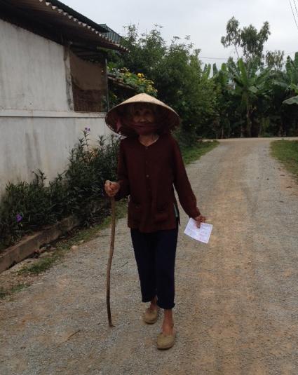 Từ rất sáng sớm, bà Nguyễn Thị Tiu (còn gọi là bà Thanh Du) năm nay 84 tuổi ở xóm 5A xã Nam Thanh, huyện Nam Đàn đã cầm lá phiếu cử tri trên tay để đi bầu cử. Ảnh: NGÔ GIA