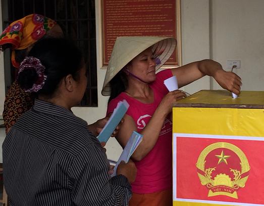 Người dân xóm 6, xóm 7 xã Diễn Thịnh, huyện Diễn Châu dậy từ rất sớm, náo nức đi bầu cử. Tính đến 8h30 phút mà đã có hơn 70% trong tổng số 845 cử tri đi bầu. Ảnh: HOAN CHÂU