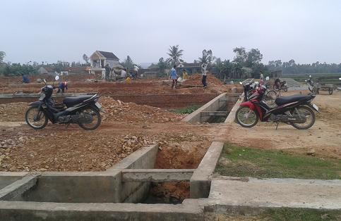Mặc dù khu vực cấp đất đã có hệ thống kênh mương hoàn chỉnh nhưng chính quyền xã Tùng Lộc vẫn vận động dân nghèo để thu tiền. Trong khi các hộ dân được cấp đất (có hộ cấp đất sai đối tượng...) đã tập kết vật liệu để xây dựng nhà cửa. Ảnh: LÊ MINH