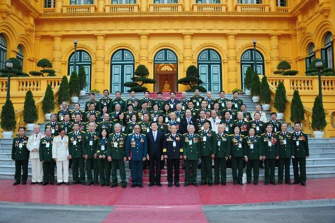 Chị Chu Thị Minh (thứ 5 từ phải sang, hàng đầu tiên) vinh dự được Chủ tịch nước Trương Tấn Sang mời gặp mặt thân mật tại Phủ Chủ tịch nước năm 2013. Ảnh tư liệu