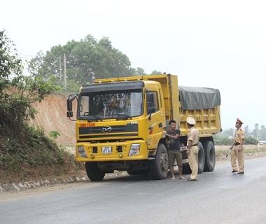 Một xe tải vi phạm lỗi để xảy ra rơi vãi bị CSGT yêu cầu xử lý.