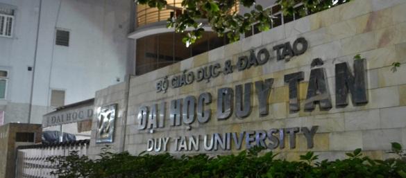 Cổng trường Đại học dân lập Duy Tân.