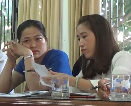 Bà Nguyễn Thị Hồng (áo xanh, bên trái), Bí thư Đảng ủy kiêm Chủ tịch UBND xã Đại Hiệp và Bà Nguyễn Thị Thanh Vân tại cuộc làm việc ở UBND huyện Đại Lộc ngày 15/01/2016.