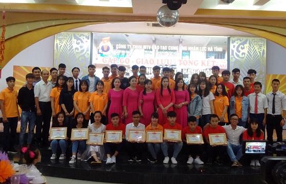 Các bạn cựu Du học sinh và Du học sinh chụp ảnh lưu niệm cùng các thầy cô giáo Letco HT. Ảnh: PHƯỚC ĐAN