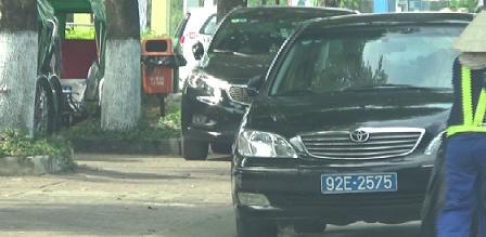 Xe ôtô con ngang nhiên đậu đổ lấn chiếm vỉa hè, còn đâu vỉa hè dành cho người đi bộ???