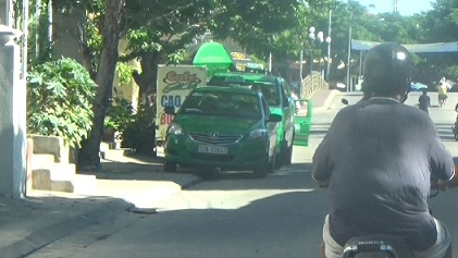 Gần quảng trường hàng loạt taxi (vắng tài xế) đậu ngổn ngang vô tội vạ bất chấp biển cấm.