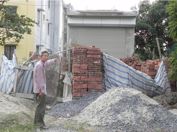 Ông Nguyễn Sỹ Chiu tố cáo ông Vũ Ngọc Ba, Chủ tịch UBND thị trấn Lai Cách buông lỏng quản lý đất đai, để xảy ra tình trạng bán đất trái phép, xây dựng nhà trái phép ngay trên đất UBND thị trấn Lai Cách. Ảnh: NGÔ DOANH