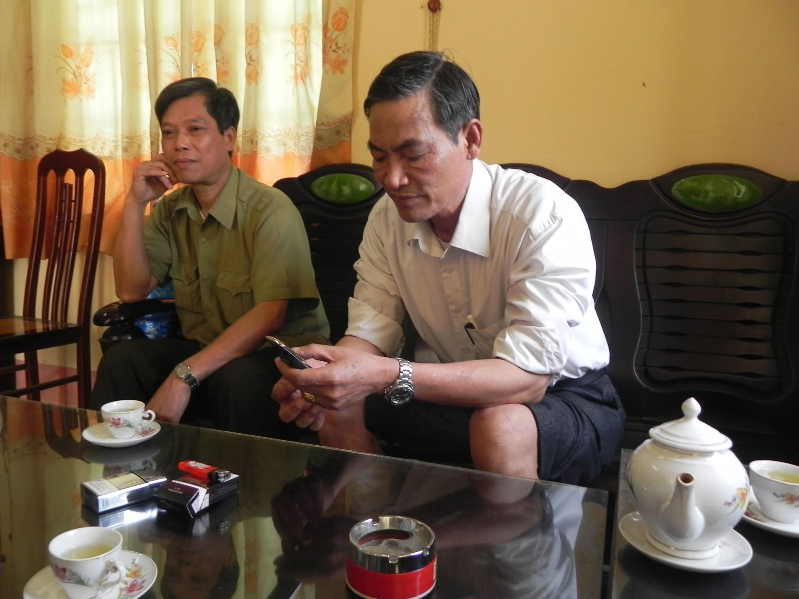 Ông Vũ Ngọc Ba (xắn quần), Chủ tịch UBND thị trấn Lai Cách trong một buổi làm việc với Phóng viên Quê Hương Ngày Nay. Ảnh: VŨ TÂN