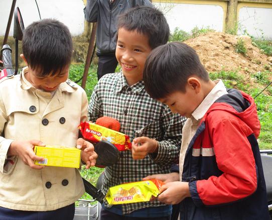 Niềm vui sướng hiện trên khuôn mặt những đứa trẻ vùng cao khi được nhận quà từ các nhà hảo tâm. Ảnh: TRƯỜNG NGUYỄN