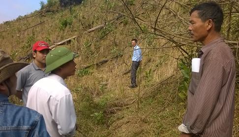 Cán bộ, nhân viên Khu bảo tồn thiên nhiên Pù Huống luôn thăm hỏi, quan tâm, sát cánh với người dân để làm tốt công tác trồng rừng, chăm sóc bảo vệ rừng. Ảnh: GIA HÂN