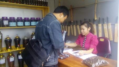 Nhân viên phục vụ tại gian hàng niềm nở giới thiệu sản phẩm cho khách hàng.