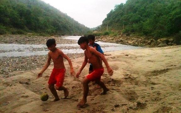 Học sinh vui chơi bên dòng sông Nậm Nơn. Ảnh: ĐÔNG VĨNH