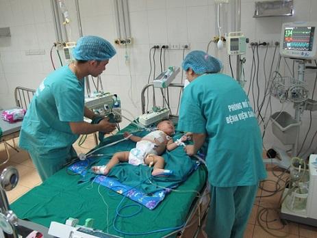 Các Y - Bác sỹ đang chăm sóc cho bệnh nhi Trần Đình An sau ca phẫu thuật.