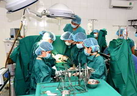 Kíp mổ tim đang thực hiện một ca phẫu thuật.