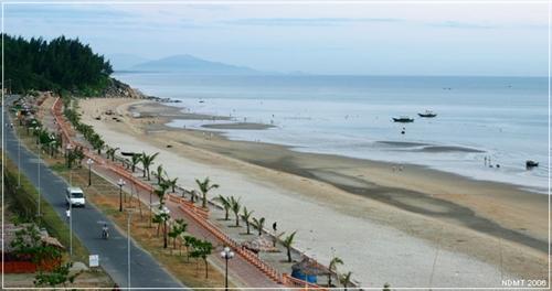 Nước biển Thiên Cầm quanh năm trong xanh. Bãi biển dài và thoải, cát trắng mịn màng, rừng phi lao chạy dọc theo biển quanh năm xanh mát và vi vu cùng sóng biển, gió biển. Hệ thống dịch vụ ở đây khá hoàn hảo. Các nhà hàng khách sạn luôn tận tình phục vụ du khách.