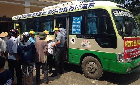 Đại diện của 100 hộ chịu thiệt hại bão lụt xếp hàng trật tự chờ nhận suất gạo hỗ trợ 15hg/hộ dân.
