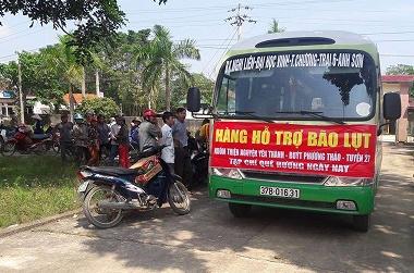 Đúng giờ hẹn, Đoàn đã đến trụ sở Ủy ban nhân dân xã Hương Xuân trong sự chào đón của đông đảo người dân.