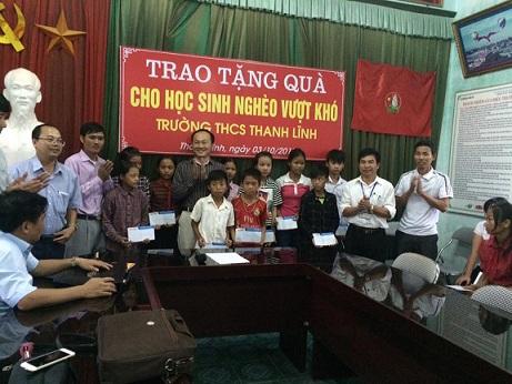 Trao tặng 25 suất quà cho học sinh nghèo vượt khó tại trường THCS Thanh Lĩnh. Ảnh: TRỊNH VIÊN