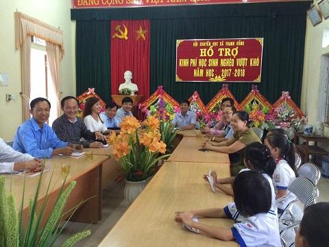 Buổi trao tặng 20 suất quà cho các em học sinh nghèo vượt khó tại trường Tiểu học Thanh Đồng diễn ra trong không khí ấm áp, yêu thương. Ảnh: CAO LINH