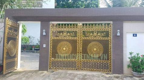 Cánh cổng ra vào của dinh thự nhà ông Trương Qúy Dương - Ảnh: NHẤT NAM
