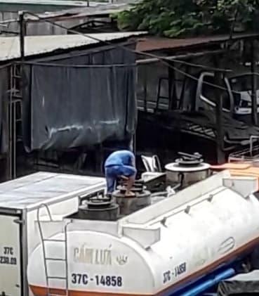 Xe tẹc 37C14858 đang dừng ở Gara Đình Bính, lái xe đang thao tác mở các nắp bồn. (Ảnh cắt từ Videp clip)