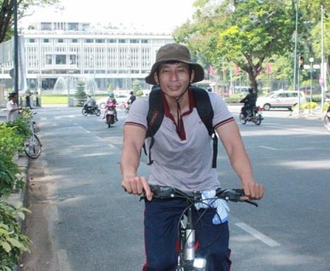 Anh Nguyễn Đức Dương lúc bắt đầu xuất phát ở Dinh Độc Lập, TP. Hồ Chí Minh.