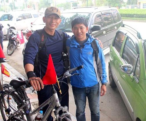 Và... chụp ảnh lưu niệm lúc dừng chân tại Nghệ An. Anh đã quyên góp được 150 triệu đồng mua BHYT cho người nghèo tại đây.
